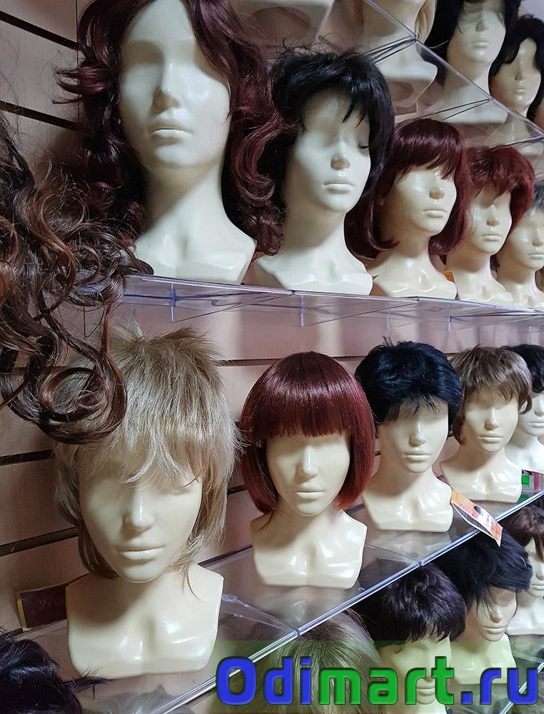 короткие парики из натуральных волос на полках
